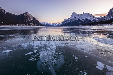 schneebedeckte berge mit methanblasen am lake
