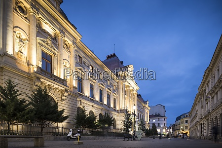 rumaenische nationalbank bei nacht altstadt von
