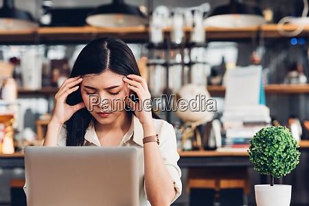 freiberufliche geschaeftsfrau arbeitet mit laptop computer