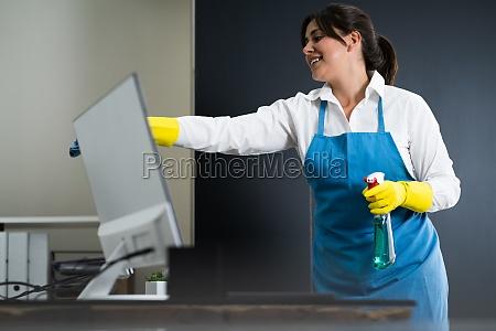 janitor cleaning office schreibtisch