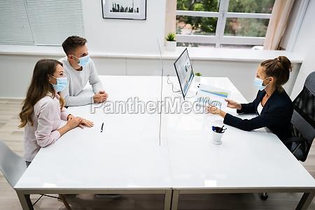 junges familienpaar treffen finanzberater