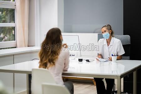 arzt spricht mit patient bei treffen