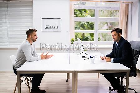 young man meeting consultant oder rechtsanwalt