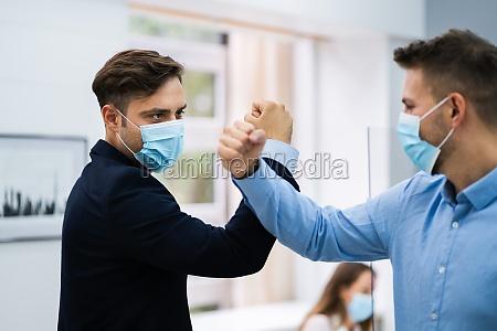 mitarbeiter tun ellenbogen stoss um grippe
