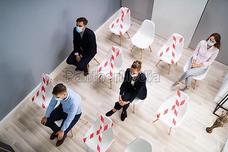 diverse bewerber warten auf interview in
