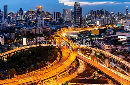 bangkok innenstadt autobahn bei sonnenuntergang
