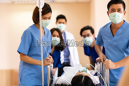 medizinisches team schieben gurney mit verletzten