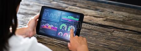 marketing business advisor mit tablet computer