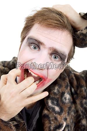 junger mann als joker verkleidet isoliert