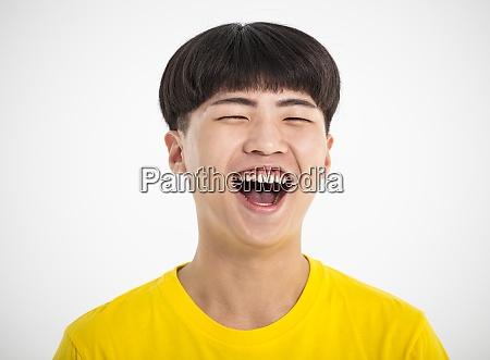 nahaufnahme portraet eines laechelnden teenager asiatischen