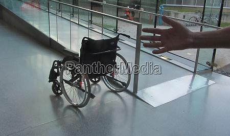 rollstuhlsymbol mobilitaet und barrierefreiheit fuer behinderte