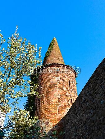 historische stadtmauer mit pulverturm aus dem