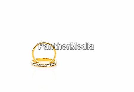 gold eheringe auf weissem hintergrund