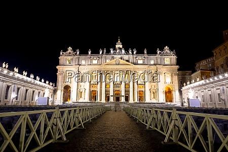 petersdom in vatikanstadt bei nacht erleuchtet