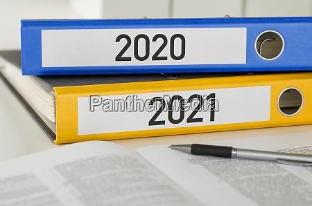 ordner mit dem label 2021 und