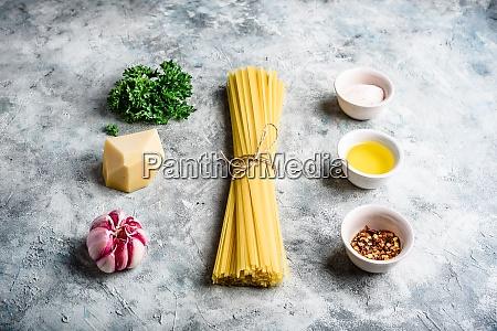 rohstoffe fuer linguine mit olivenoel und