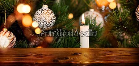geschmueckter weihnachtsbaum mit holztisch