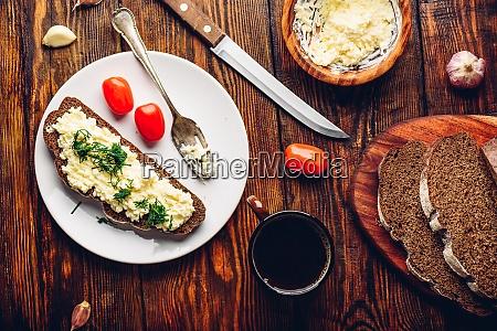 roggenbrot toast mit verarbeitetem kaese und
