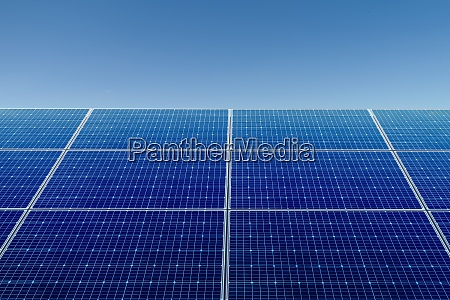solarpanel und blauer himmel