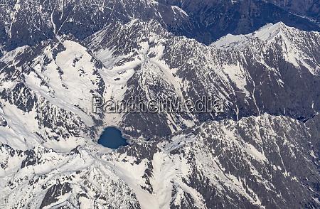schweiz kanton wallis see zwischen verschneiten