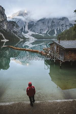 italien mann am pragser wildsee in
