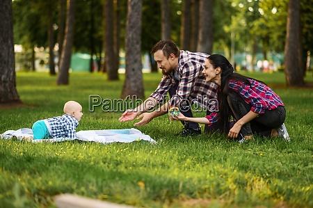 eltern und kleines baby spielen auf