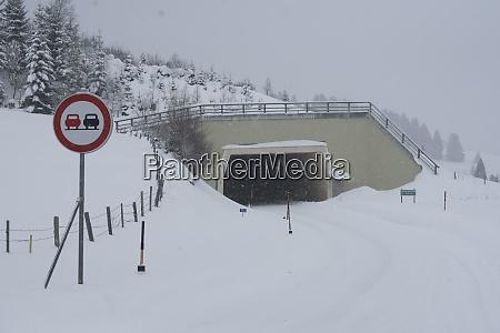 autotunnel auf der strasse