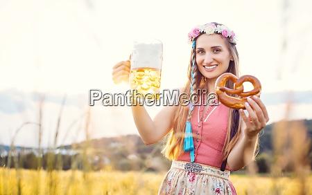 bayerische frau mit bier und brezel