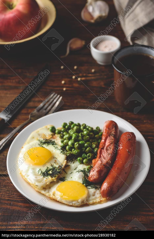 frühstück, mit, spiegeleiern, würstchen, und, grünen, erbsen - 28930182