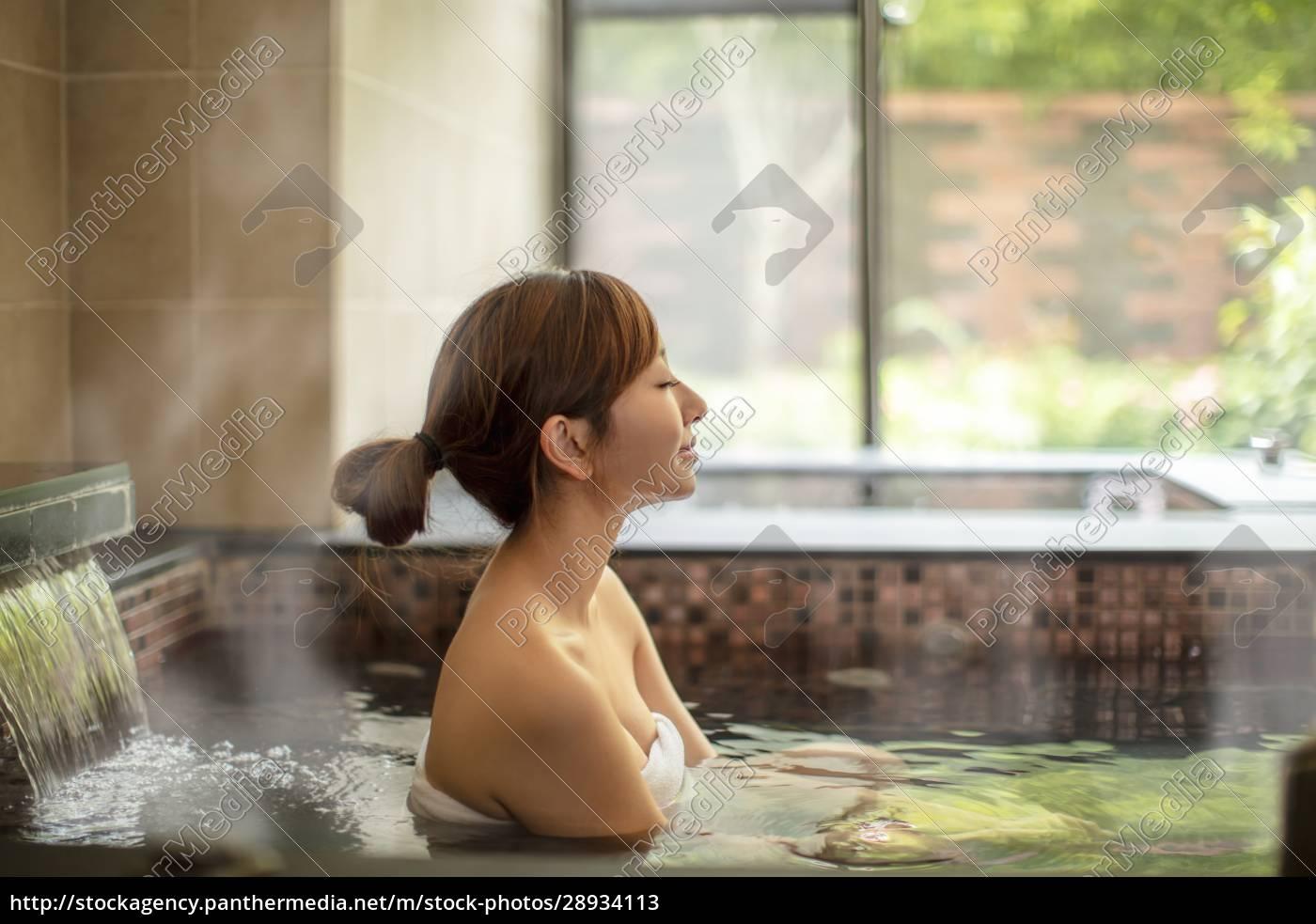 asiatische, junge, frau, entspannen, in, heißen - 28934113