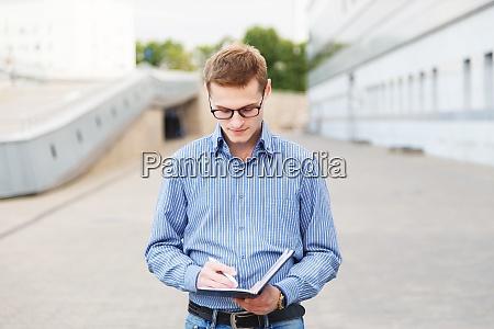 maennliche journalisten interviews und notizen in