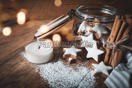 weihnachten stillleben mit zimtsternen