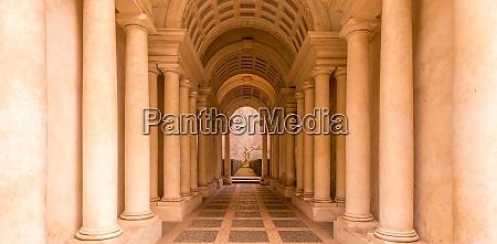 luxuspalast mit marmorsaeulen in rom