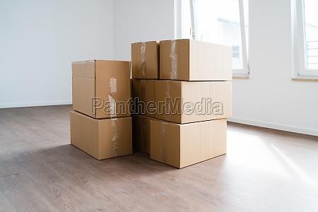 leeres zimmer mit umzugskartons oder kartons
