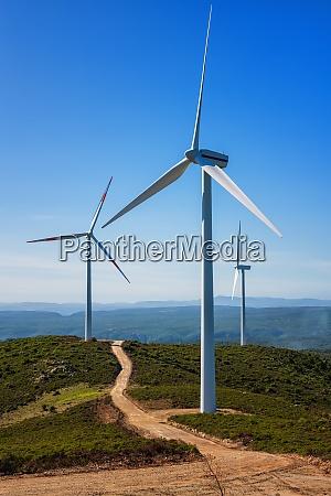 turbinen in einem bergwindpark OEkologische energieerzeugung
