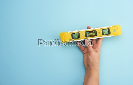 weibliche hand halten kunststoff gelb ebene