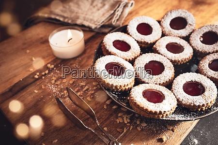 hausgemachte traditionelle linzer kekse