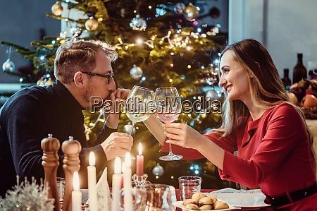 mittelaltchen, paar, trinken, wein, an, heiligabend - 28948564