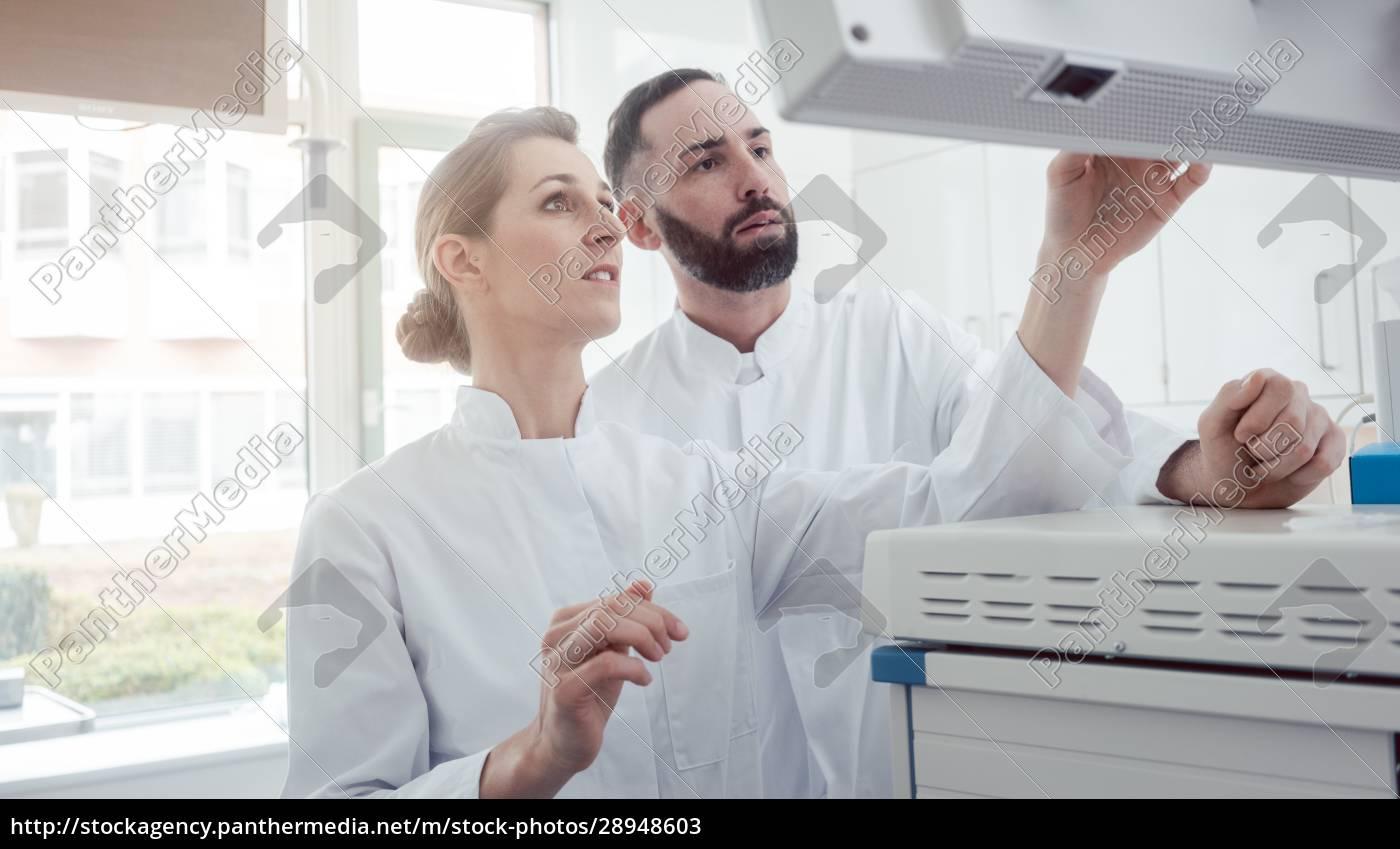 zwei, Ärzte, die, einen, bildschirm, mit, patientendaten - 28948603