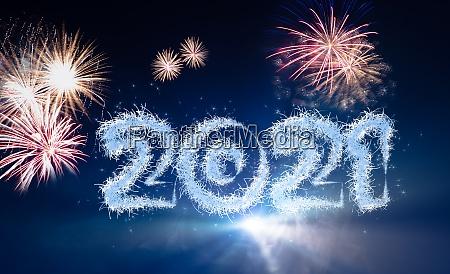 silvesterhintergrund mit jahr 2021 und feuerwerk