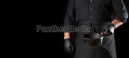 koch in schwarzer uniform und latexhandschuhe