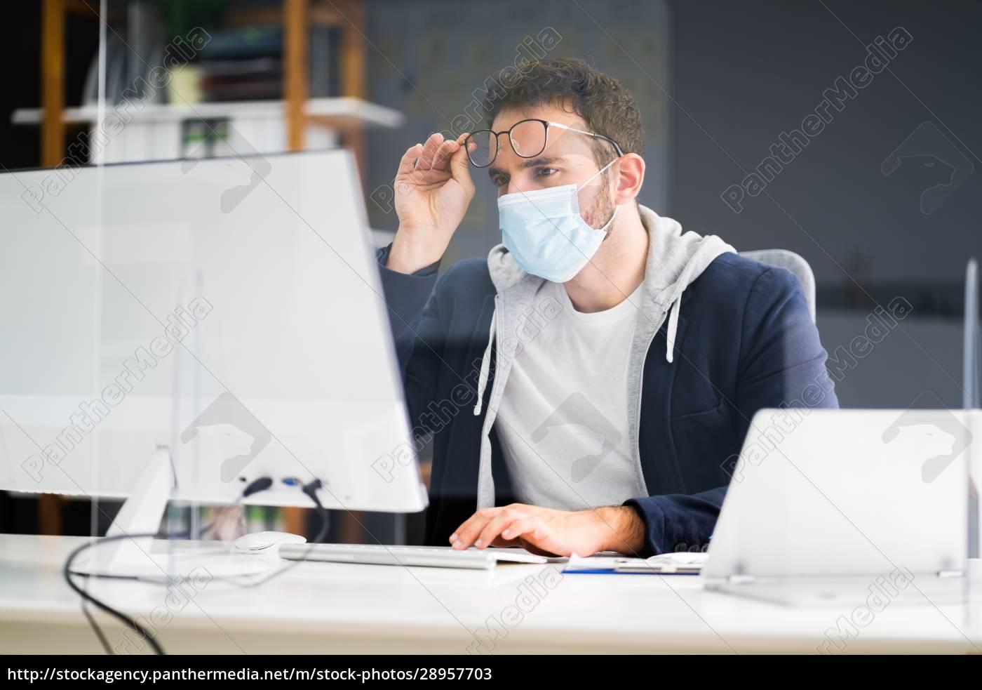 frustrierter, arbeiter, im, büro - 28957703