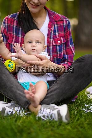 mutter und ihr kleines baby posiert