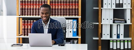 afroamerikanischer anwalt oder richter rechtlich