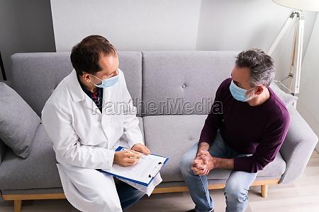 arzt im gespraech mit senior patient
