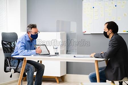 buerobesprechung oder interview mit sozialer absenz