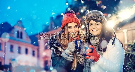 beste freunde auf einem traditionellen weihnachtsmarkt