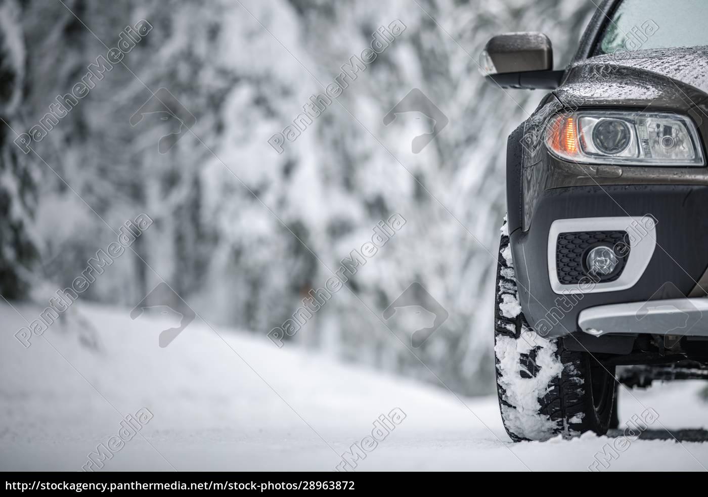 auto, auf, verschneiter, winterstraße, inmitten, von - 28963872