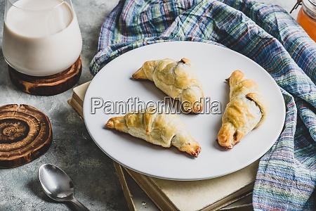 croissants gefuellt mit nuessen und schokolade