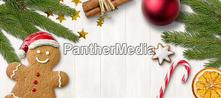 ein lebkuchenmann und weihnachtsdekoration